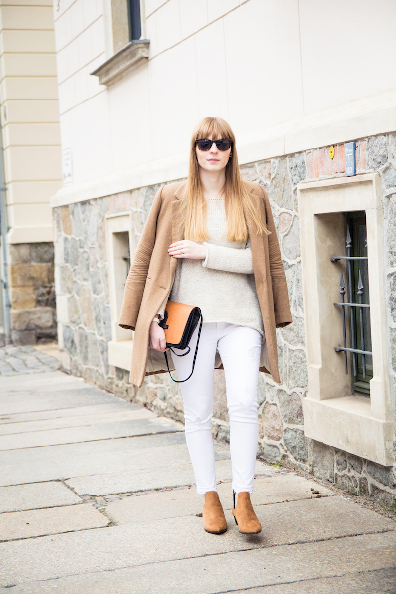 Outfit, camel coat, white jeans, weiße Jeans, karamellfarbener Mantel, wie kombiniere ich, how to wear, cut out boots