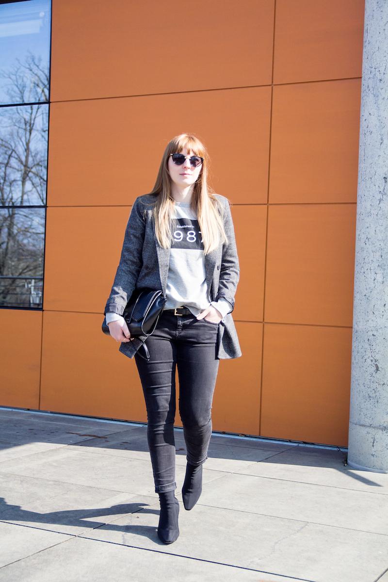 Outfit mit karierten Blazer, Sock Boots, farbiger Absatz, grauer Sweater