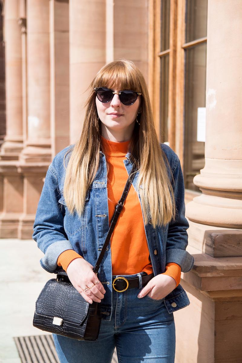 Outfit orangener Pullover, orange sweater, denim on denim, wie kombiniere ich, Jeansjacke auf Jeans, Modeblogger, Inspiration