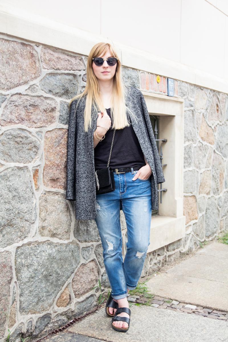 Outfit mit grauem Tomboy Blazer, Boyfriend Jeans und Birkenstocks, Streetstyle, casual