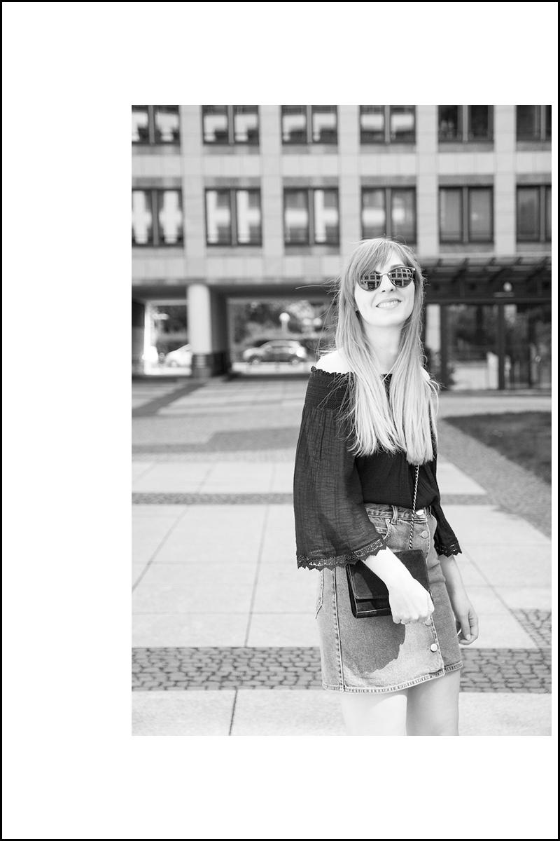 Outfit, geknöpfter Jeansrock und schulterfreies Oberteil, Schnürsandalen mit goldenem Absatz, denim button front skirt, off shoulder top, lace up sandals