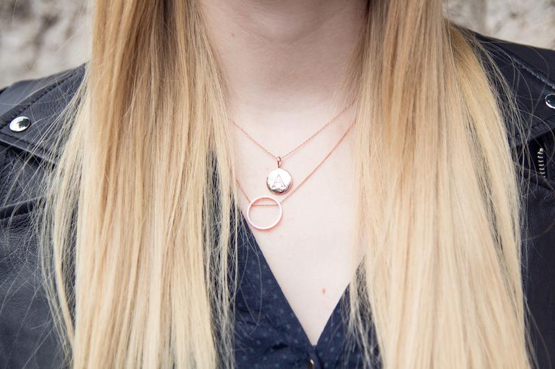 Detail, Kette mit Buchstaben, letter necklace von Madeleine Issing