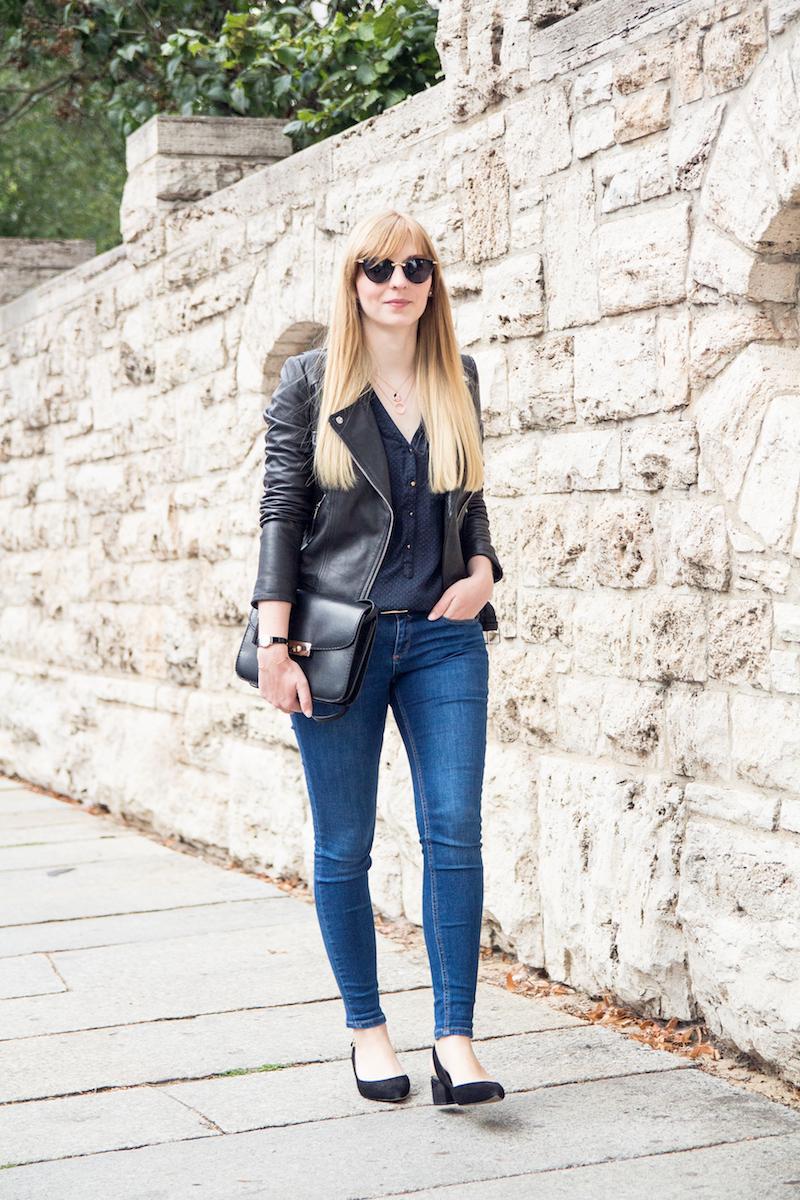 Outfit mit Lederjacke, blue jeans und schwarzen Slingback Sandalen, leather jacket, blue jeans and black slingbacks, streetstyle, modeblogger, fashionblogger