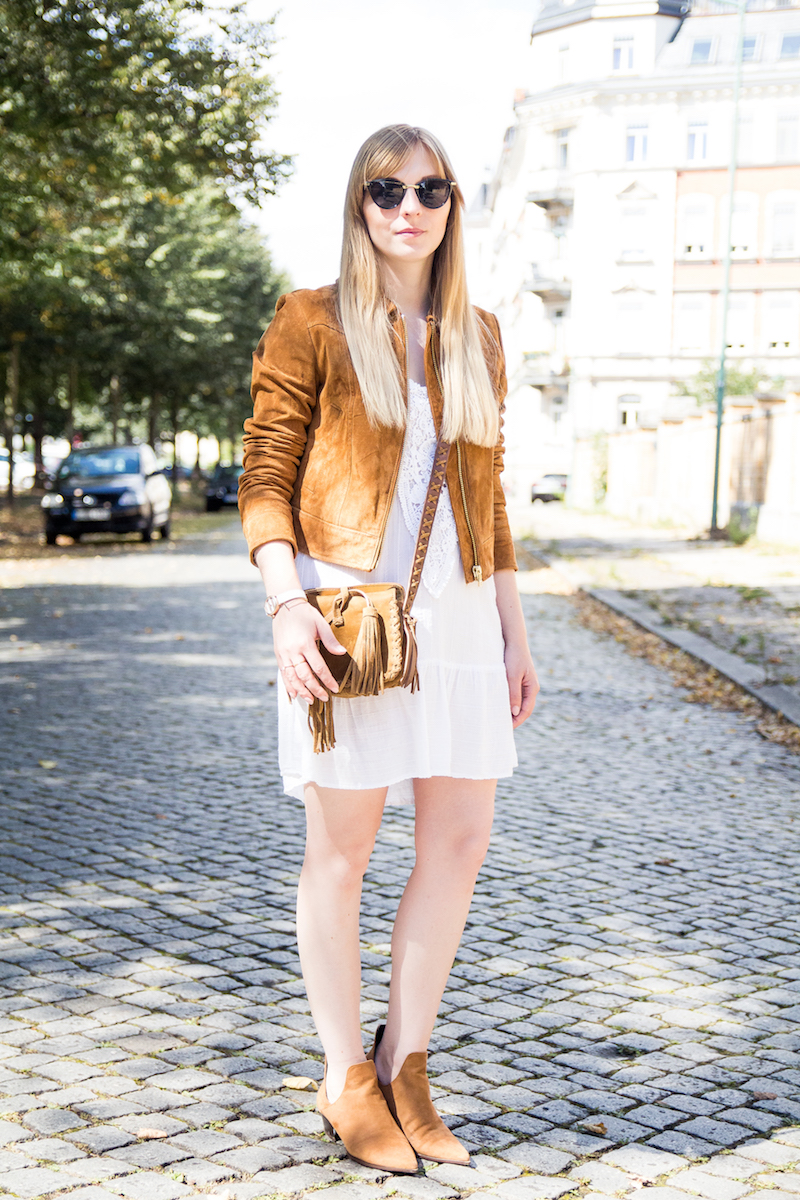 Outfit white boho dress with suede jacket, fringe bag, cut out boots, summer look, streetstyle, weißes Sommerkleid mit brauner Wildlederjacke
