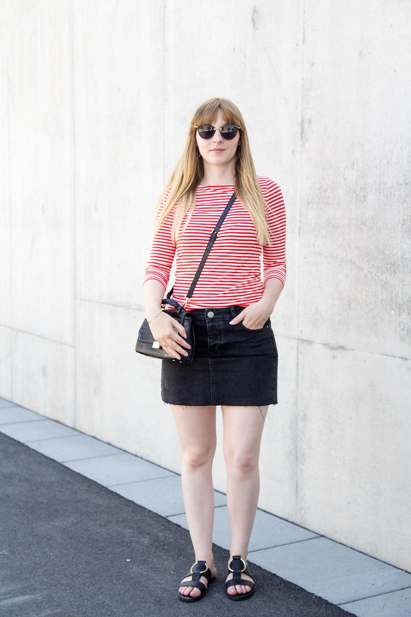 Outfit mit rot-weiß gestreiftem Oberteil, Jeansrock, Sandalen mit Ring, striped top, denim skirt, french chic