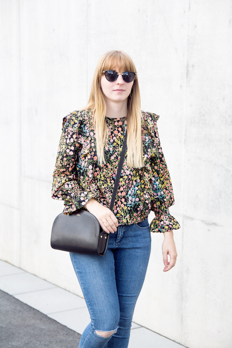 Outfit mit Jeans, Slingbacks, Bluse mit Blumenmuster, Volant, dein, frills, wie trage ich, how to wear