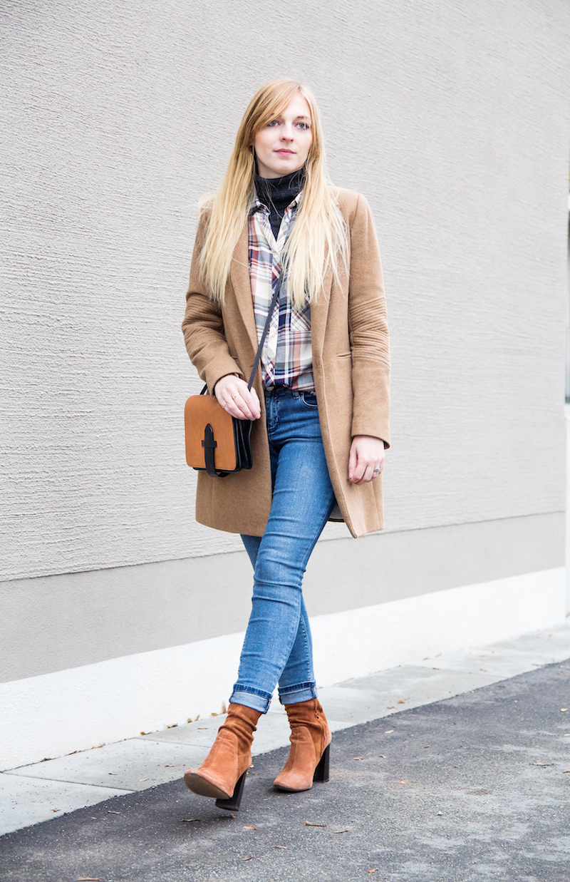 Outfit camel coat, ripped jeans, Wildlederstiefel, high heel suede boots