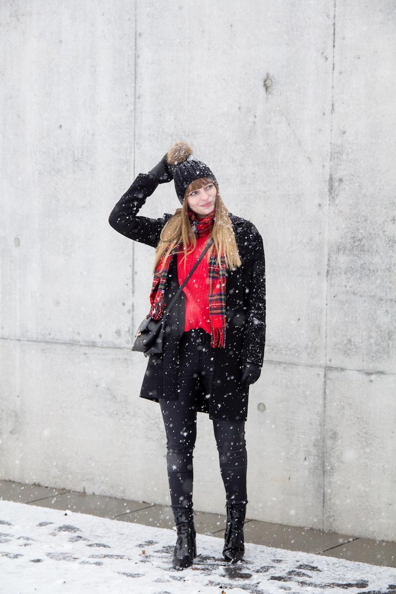 Outfit komplett schwarz mit rotem Strickpullover, wie trage ich, karierter Schal, schwarzer Mantel, Lackstiefel