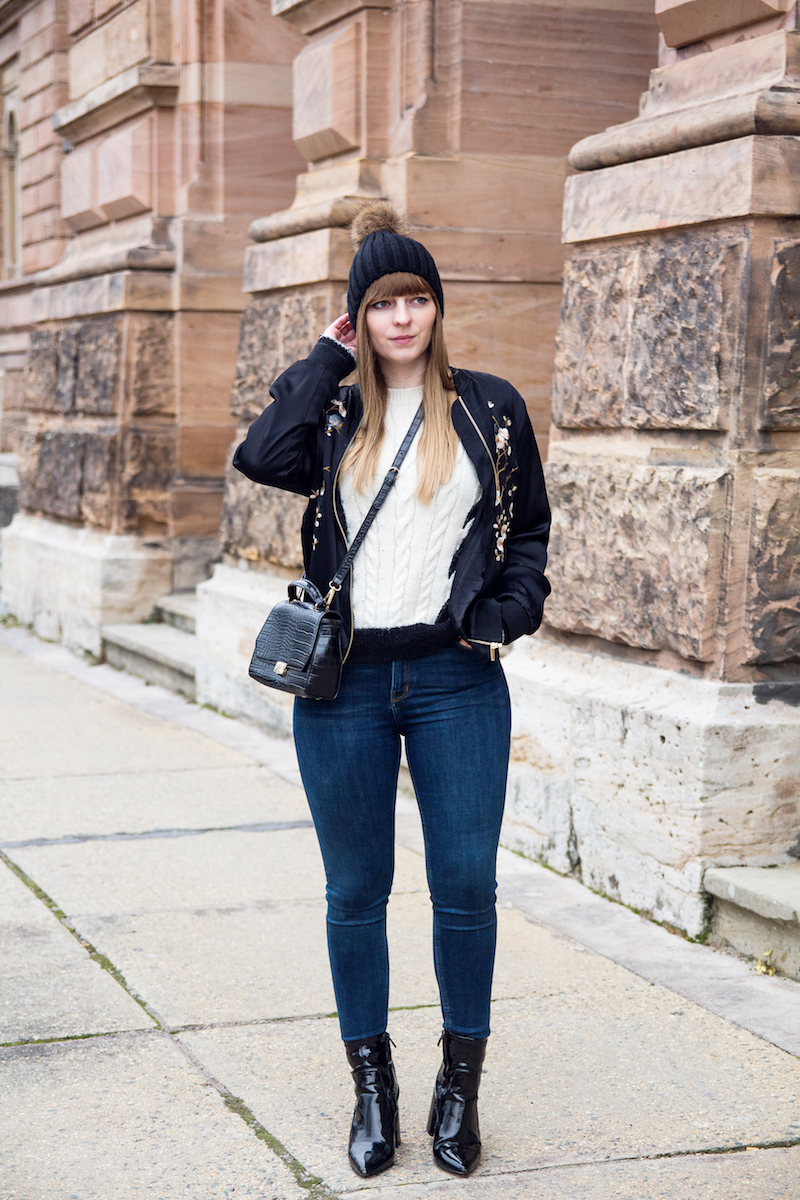 Outfit, bestrickte Bomberjacke, embroidered bomber jacket, Bommelmütze, denim, jeans, Look, how to wear, Lackschuhe