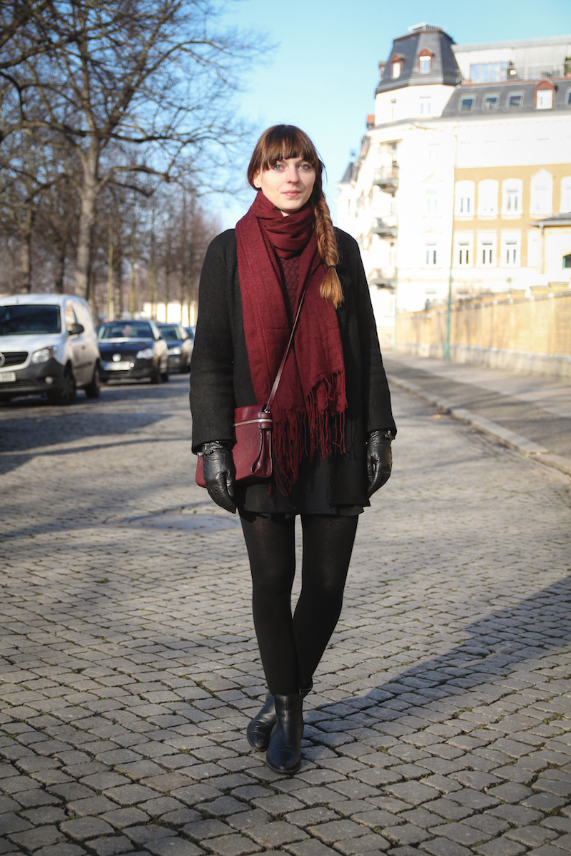 burgundy, weinroter schal, black skirt, Faltenrock, Outfit, Look, how to style