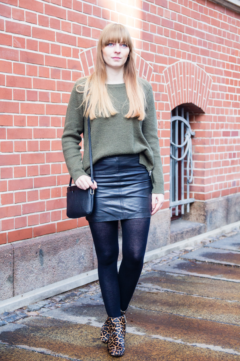 Look, Outfit, Modeblogger, Lederrock, grüner Pullover, khaki, Leopard Booties, edgy