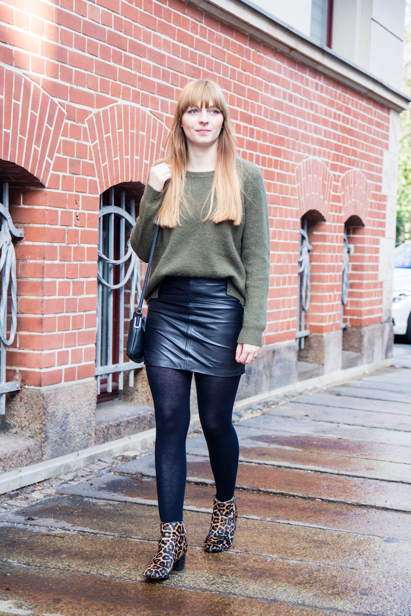 Outfit with leather skirt, khaki sweater and leopard booties, Leopardmuster, Look, Lederrock