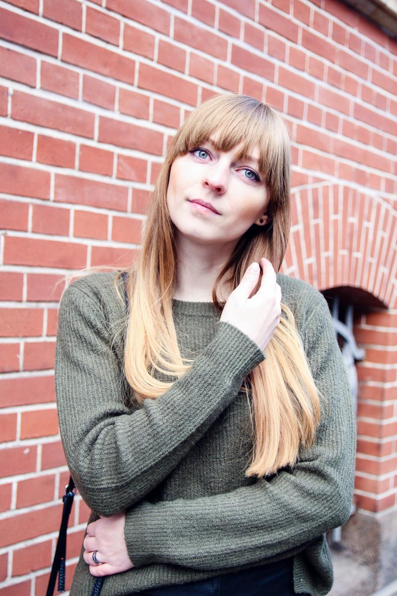 khaki sweater, detail, ombre hair, Modeblogger