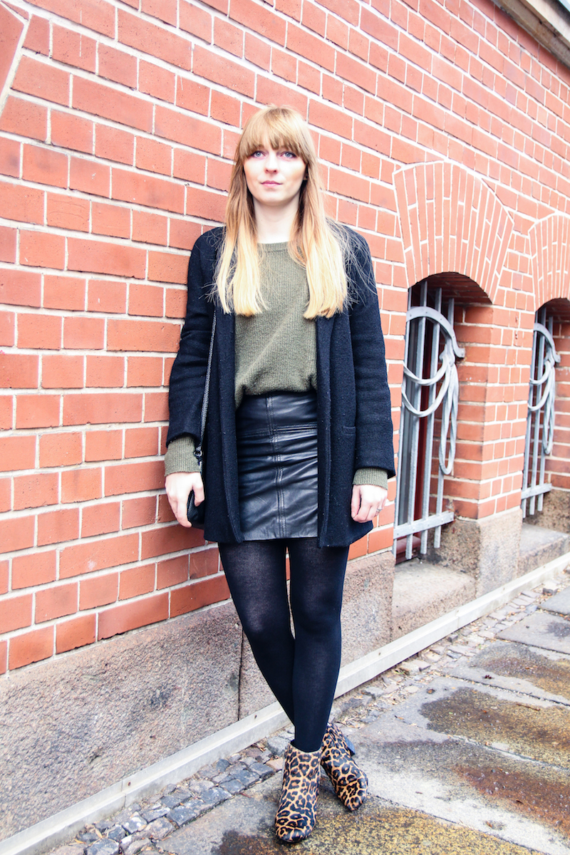 Outfitbeitrag, Modeblogger, Lederrock, Kombination, wie kombiniere ich, how to wear, leather skirt, khaki sweater