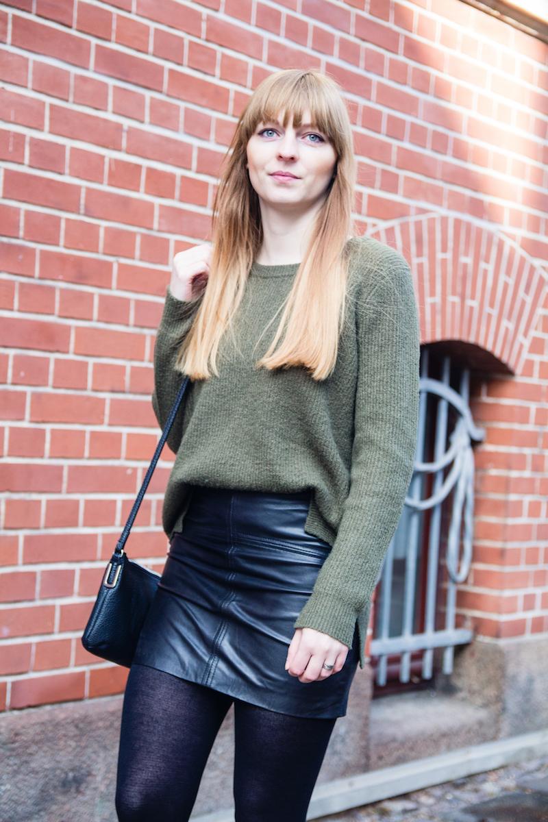 Outfit mit khakifarbenen Pullover in Kombination mit einem Lederrock, Fashionblogger, Modeblogger, detail, leather skirt, khaki sweater