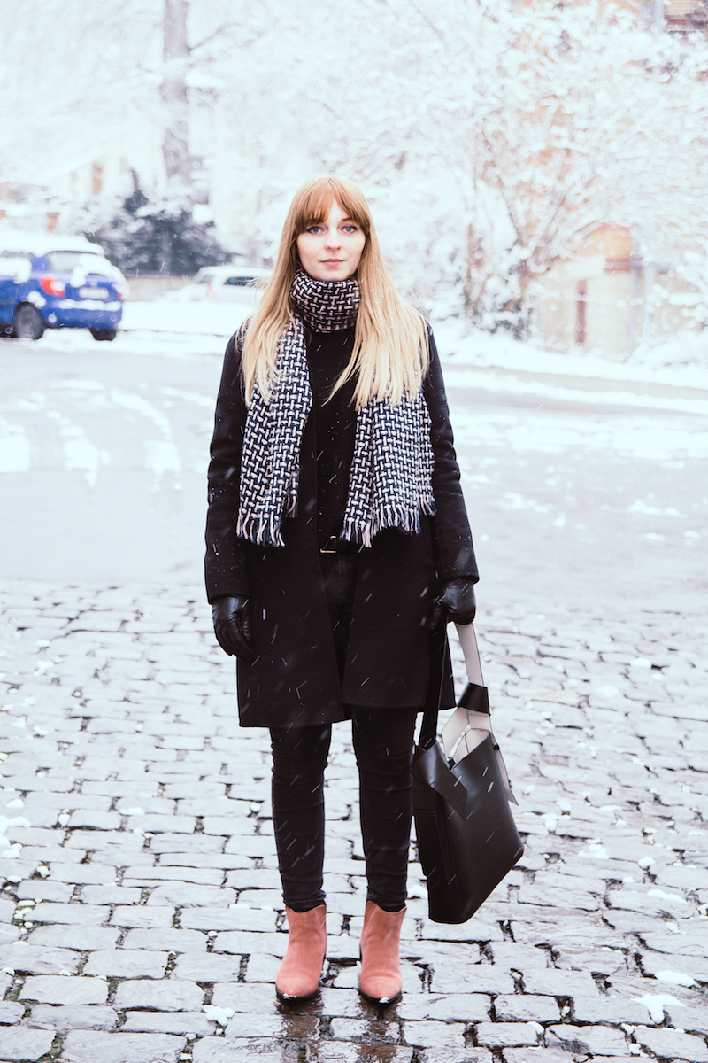 Outfit komplett schwarz, etwas Farbe, Pink, Rosa, Trend, Winter, all black