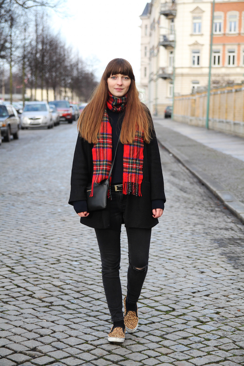 ripped jeans, plaid scarf, leopard slippers, casual look, how to style, blogger style,