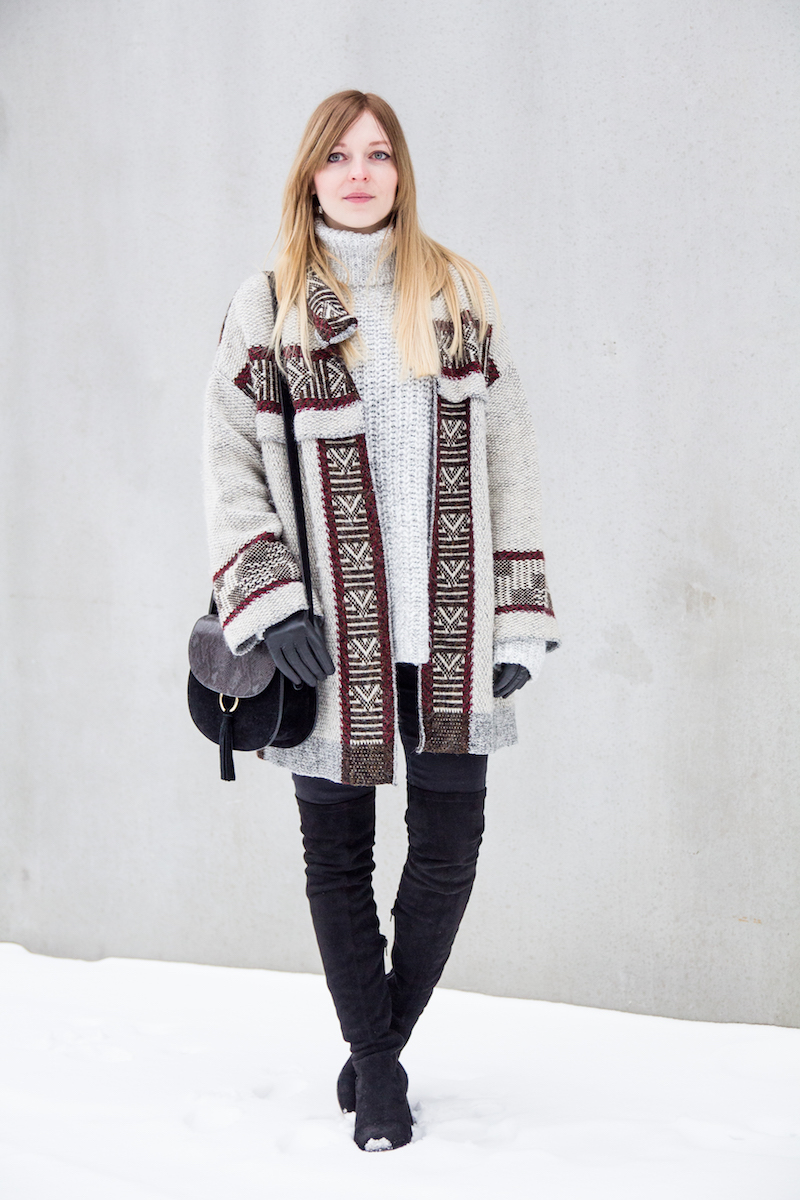 Modeblogger Winter Outfit, Inspiration, Azteken Cardigan, Strickpullover, oversized turtleneck, Overknee Boots