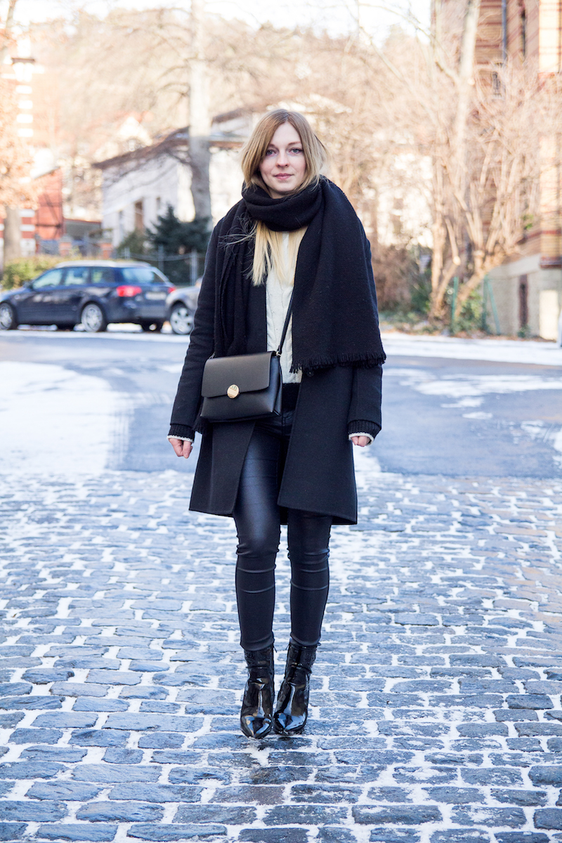 winterliches Outfit, Inspiration, Blogger, schwarz weißer Strickpullover, Lackboots, patent leather, Chain Stitch Knit
