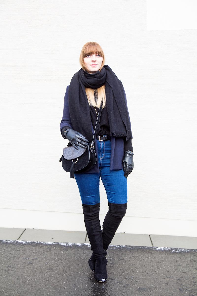 Outfit dunkelblauer Blazer, Overknees, schwarzer Pullover, Schwarz und Blau, Over the knee boots