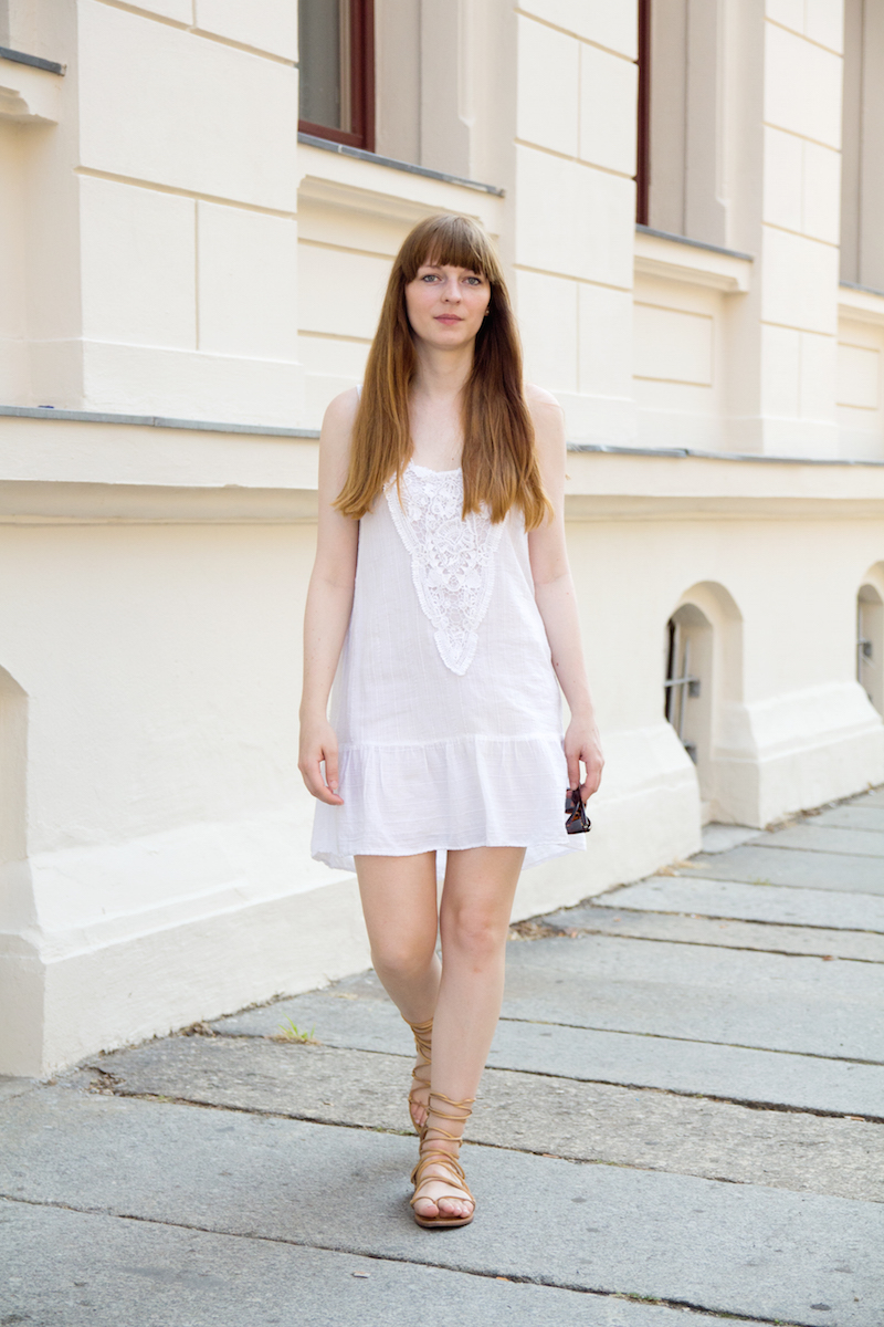 gladiator sandals, lace up sandals, summer, how to wear, how to style, Outfit, white dress, weißes Sommerkleid