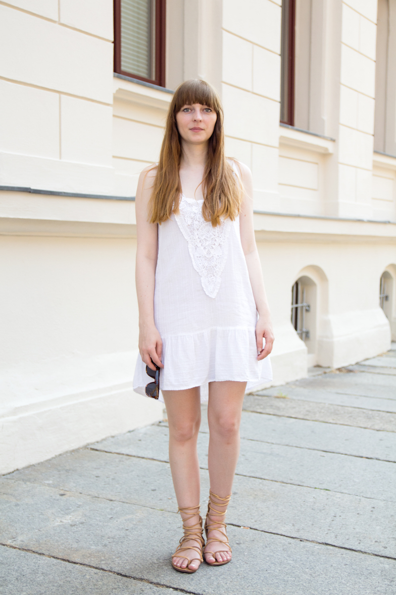 white dress, roemersandalen, gladiator