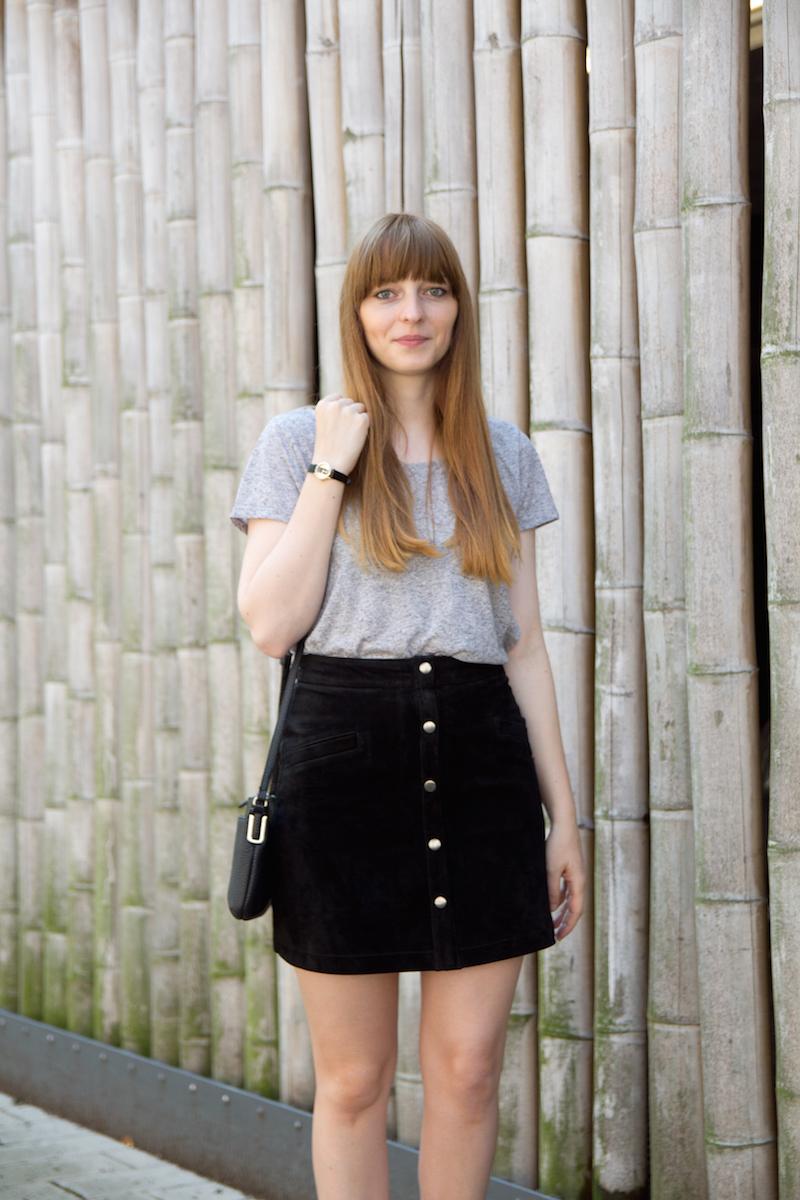 suede skirt, black bag, button down skirt, Rock mit Knopfleiste
