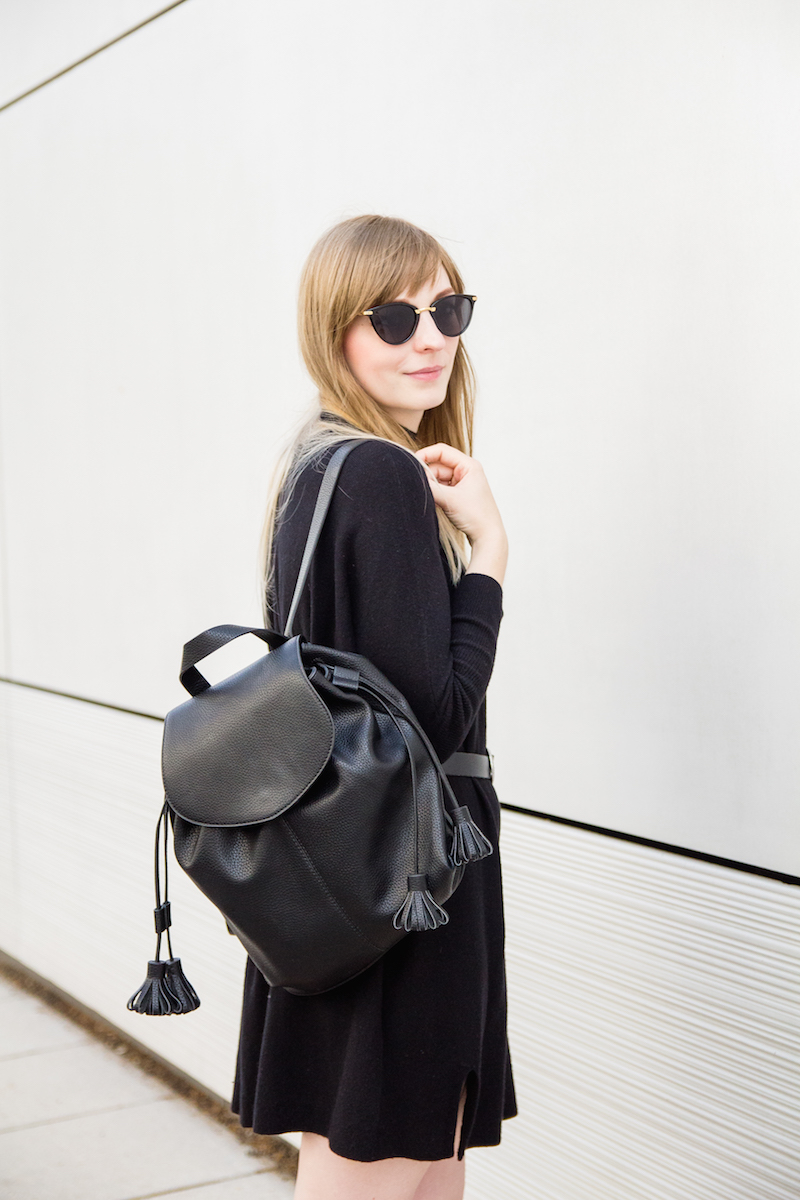 Outfit with black turtleneck knit dress, western belt from Asos, backpack from Zara, leather sandals from Mango, schwarzes Strickkleid, Gürtel im Westernstil