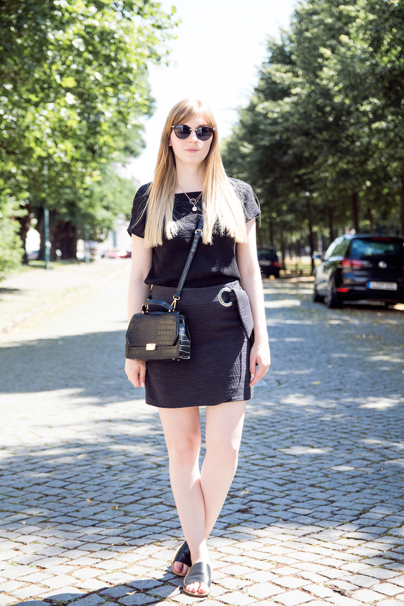 Outfit mit Wickelrock, schwarzer Bluse, Hour Pantoletten, Topshop, look, wrapped skirt, mules