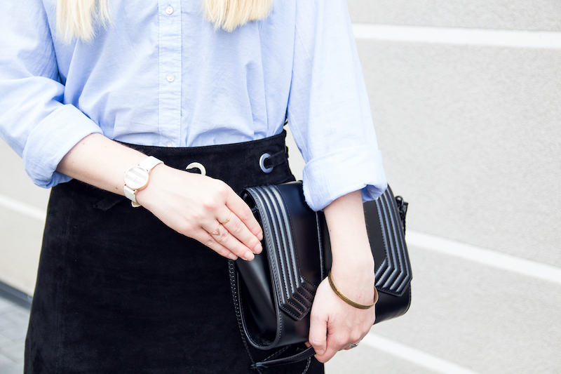 detail, quilted bag, triangle ring, Madeleine Issing, outfit black suede skirt and Mango lace up sandals, Chloé look alike sandals, nude sandals, how to wear, Outfit mit schwarzem Wildlederrock, Schnürsandalen und hellblauer Bluse