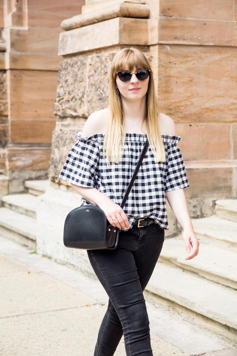 schwarze weißes Outfit, schulterfreie Vichy Karo Bluse, Kombination, karamellfarbene Schuhe, off shoulder gingham