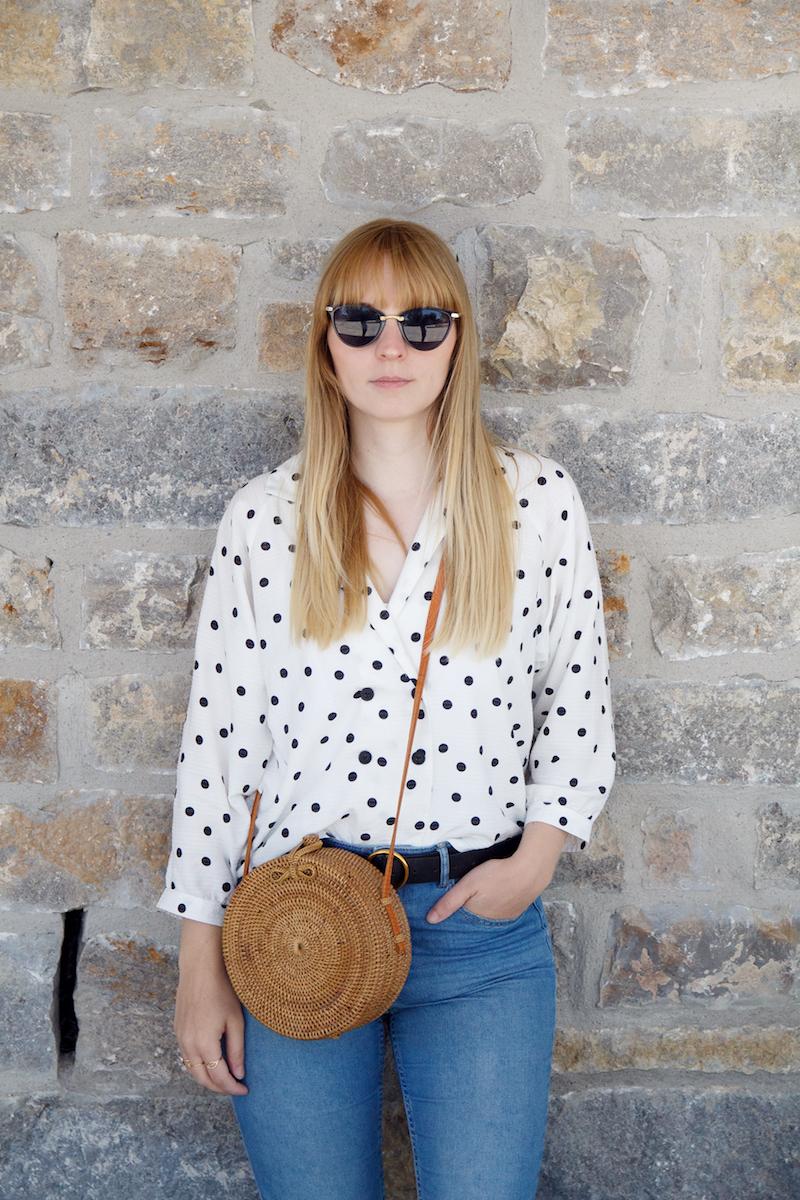 Outfit gepunktete Bluse, Jeans, braune Sandalen, runde Bambus Tasche, straw bag, dotted blouse, how to wear, wie trage ich
