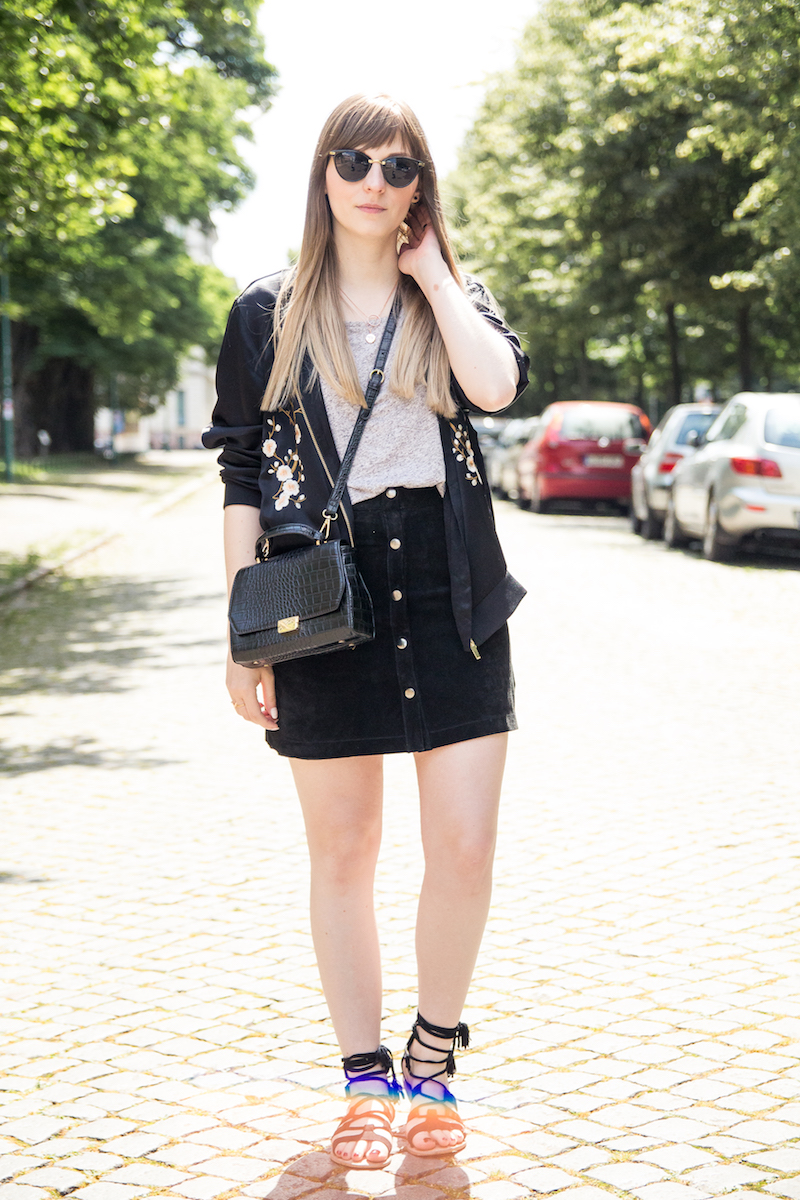 Outfit mit geknöpftem Rock und Bomberjacke, streetstyle, suede button front skirt, Wildlederrock, floral embroidered bomber jacket, zara, lace up sandals, wie kombiniere ich, how to wear