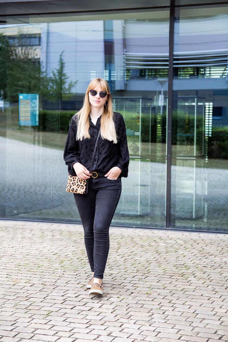 Outfit all black, schwarze Bluse, Leo, Slipper, wie tragen , how to wear, Leomuster, Leoparden