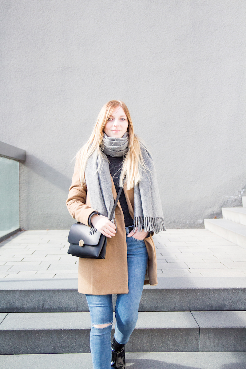 Outfit mit camel coat, grauer Schal, Lackstiefeln, patent leather boots, wie trage ich