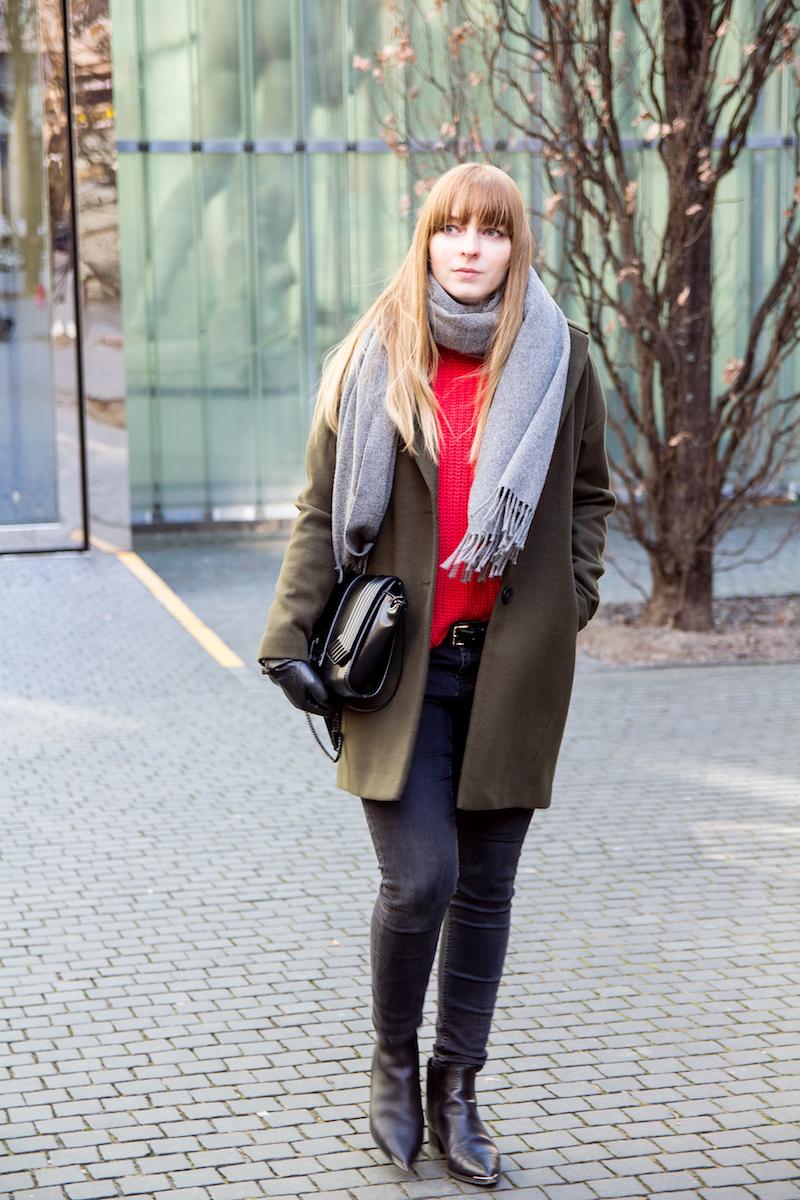 Outfitkombination mit rotem Strickpullover und khakifarbenen Mantel, red knit