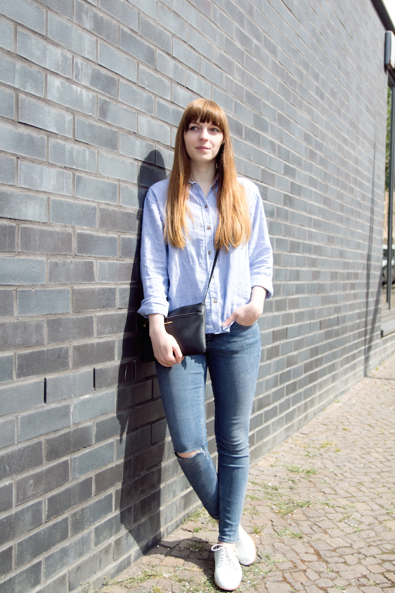 ripped jeans, blue jeans, how to, stripe shirt, blouse, white sneaker