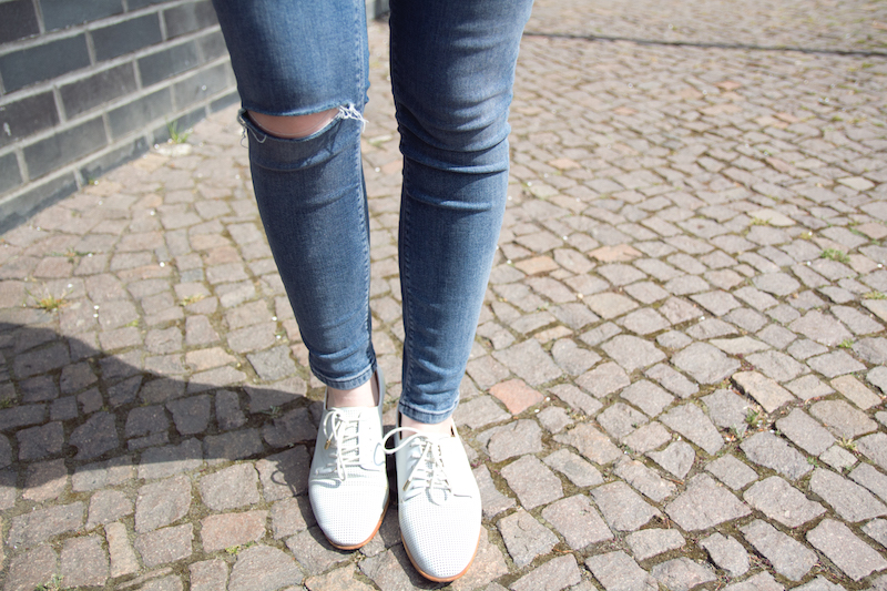 ripped jeans, white shoes, sneakers, bluecher