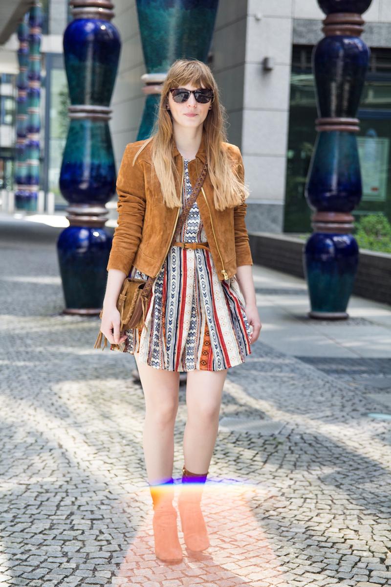 Outfit mit Boho Kleid, Wildlederjacke und Wildlederstiefeln, Sommeroutfit, Festival, boho dress, fringe bag, suede high heels zara