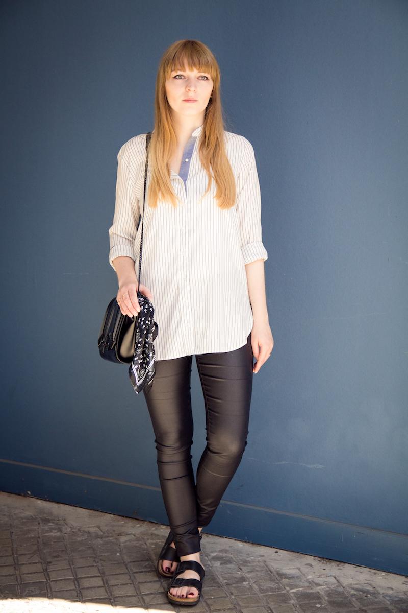 Outfit mit beschichteter Hose, gestreiften Hemd und Birkenstocks, wie kombiniere ich Birkenstocks, Streetstyle, leather pants,