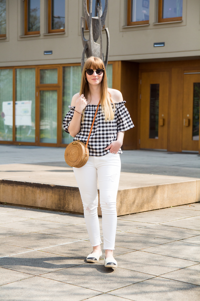 Outfit, off shoulder vichy karo top, white denim, how to style, straw, bambus bag