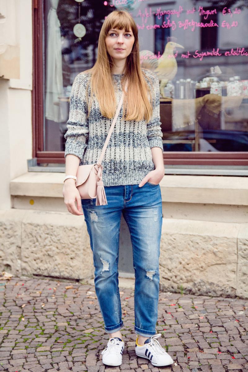 clarabour, Look mit Boyfriend Jeans und Sneakern, Style