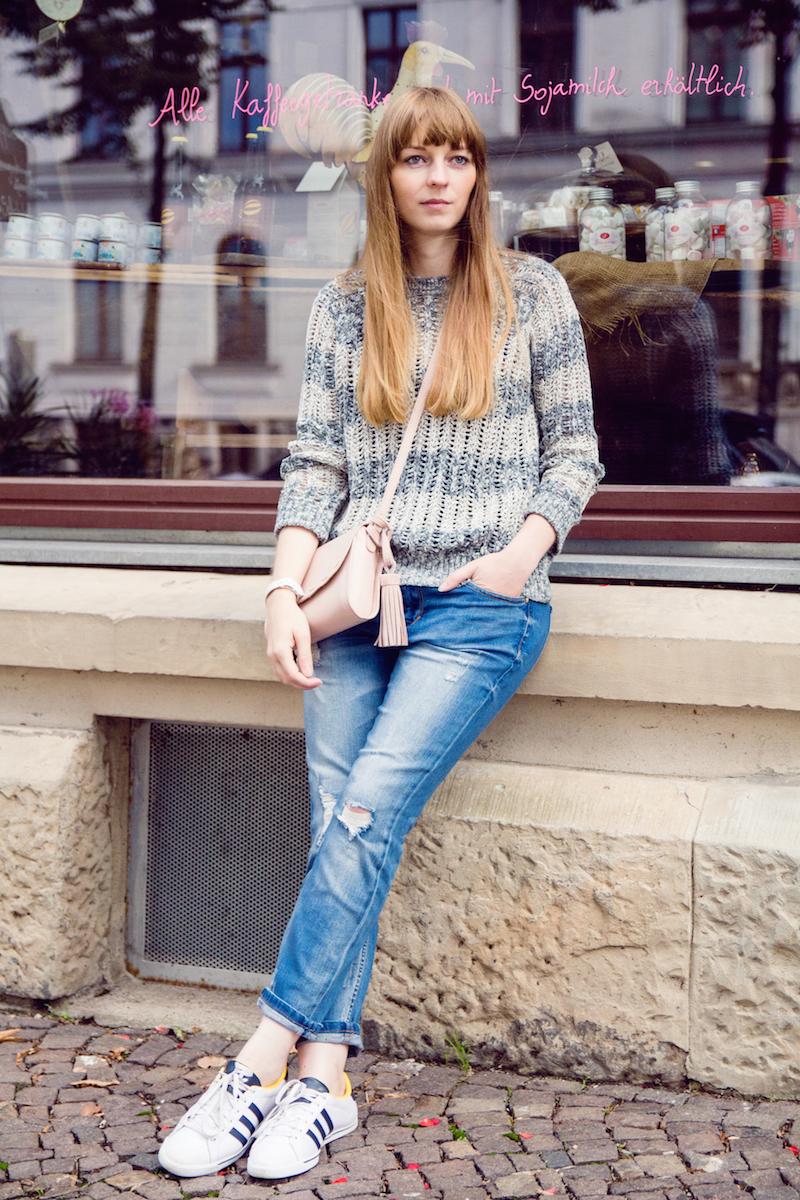 Outfit mit Boyfriend Jeans und weißen Sneakern, pastellfarbener Pullover und Tasche