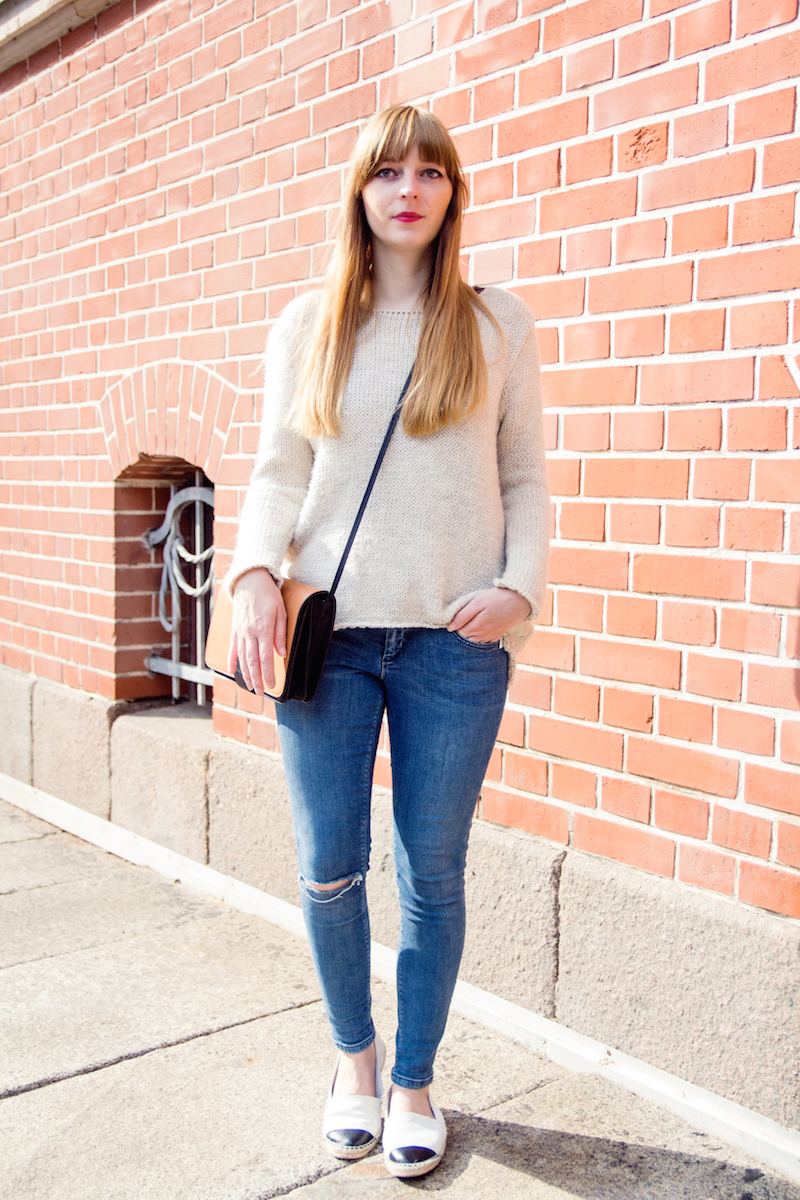 cozy knitwear, sweater, ripped jeans, red lips, red lipstick