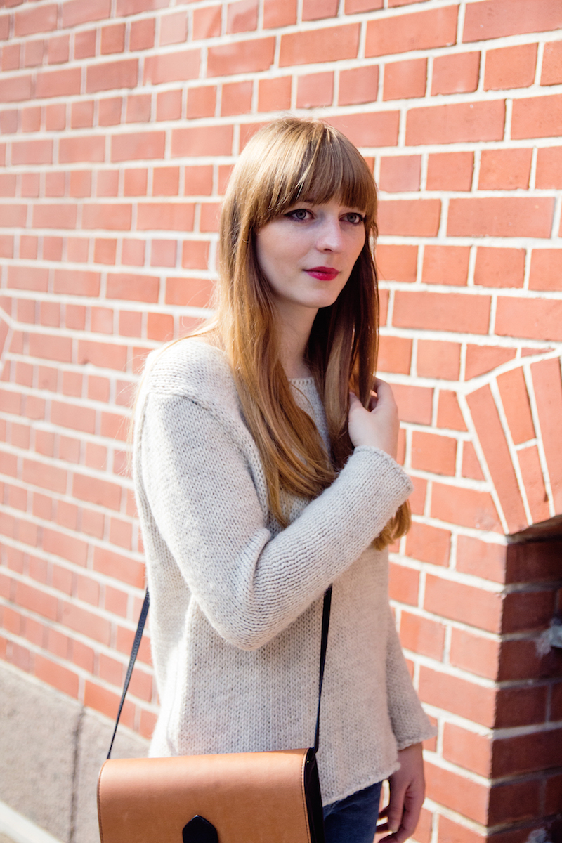 casual autumn look. cozy knit, ripped jeans,style, bloggerstyle. red lips, roter Lippenstift