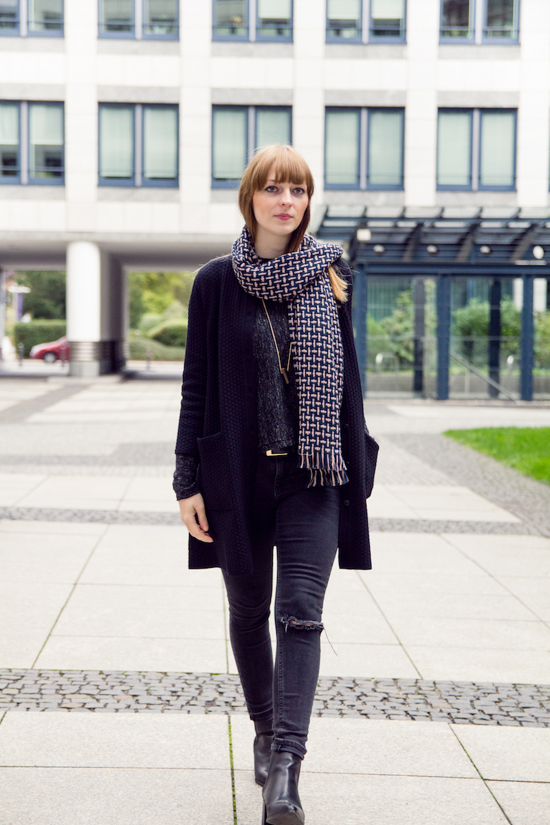 look mit chelsea boots, ripped jeans, zerrissene jeans, cardigan, wool scarf