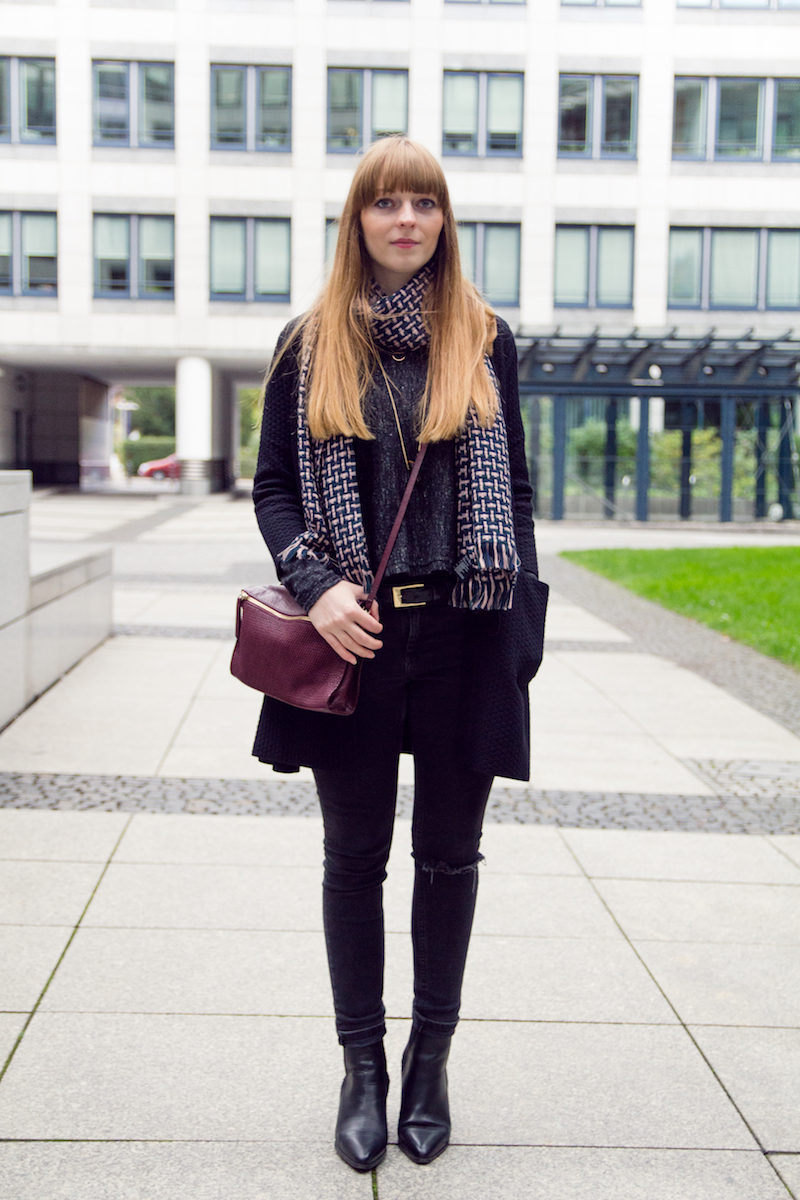 ripped jeans, casual style, autumn look, wool scarf, chelsea boots, look, outfit