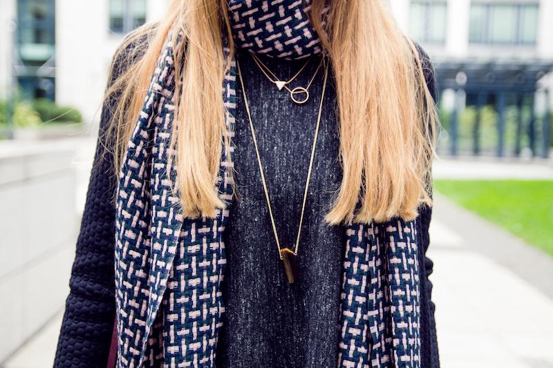 detail, braided wool scarf, Wollschal, necklace layering, ketten