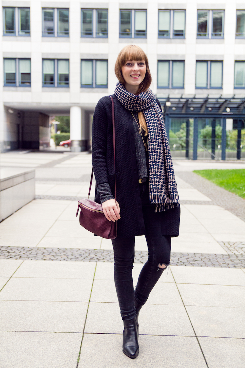 outfit mit ripped jeans, chelsea boots, braided wool scarf, how to style, autumn outfit,