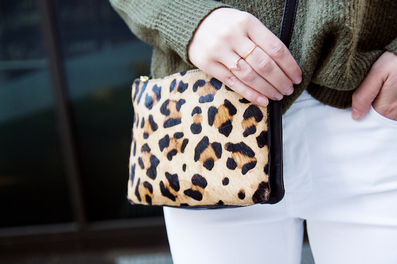 Outfit weiße Jeans, Khaki Mantel, Pullover, Herbst, autumn, Leopard Slipper, Leopard Muster, white jeans, Leo bag